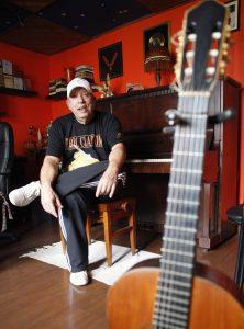 O artista em sua residência em Niterói (RJ)