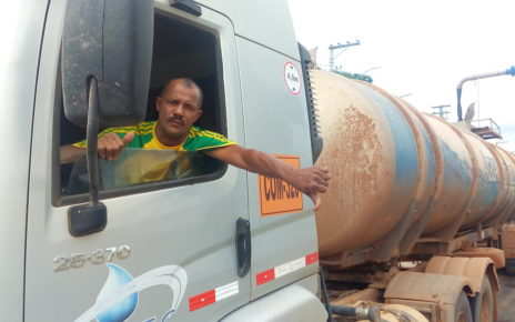 Caminhoneiro Ramos fazendo sinal de negativo pelas condições da via em Regencia ES