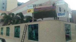 Bar instalando telão, no Centro de Linhares (ES)