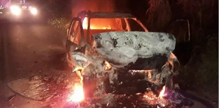 m grave acidente automobilístico ocorrido por volta das 19h30 dessa última quarta-feira (22), na BA-650, deixou dois mortos e dois feridos no trecho entre Ipiaú e Ibirataia, no sul da Bahia. O acidente teria sido provocado por um animal na pista e envolveu dois veículos. Um deles colidiu inicialmente com um cavalo, invadiu a mão contrária e bateu no outro automóvel. Dois homens, ocupantes do Fiat Uno que seguia sentido Ipiaú, morreram no local. O condutor foi identificado como Valdir do Leite, morador de Ibirataia. De acordo com informações de populares, ele estava trabalhando atualmente como taxista. O passageiro foi identificado posteriormente como 'Tim Pintor', morador de Ipiaú.