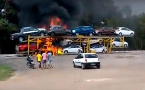 Um caminhão cegonha pegou fogo no início da tarde deste domingo (26) na altura do KM 201, da BR-101, que fica na entrada do Bairro Cristal, na cidade de João Neiva, norte do Espirito Santo. O caminhão transportava onze veículos, seminovos.