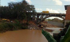 A preocupação é que a represa feita pela Renova no Rio Pequeno para impedir que a lama da Samarco no Rio Doce atinja a Lagoa Juparanã, possa se romper e colocar em risco a vida dos impactados.