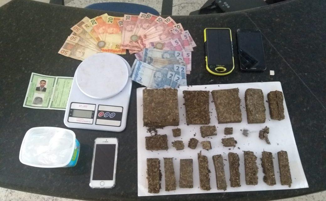 Gabriel C.D.S., de 19 anos, foi preso e o menor Watila S.D.N., de 17, foi apreendido na tarde de ontem (28) em Linhares, no Norte Capixaba. A PM fazia um patrulhamento na Avenida Castro Alves