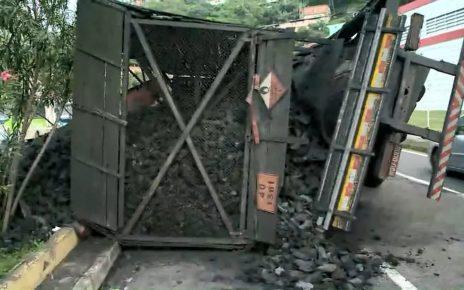 Um caminhão carregado de carvão tombou e deixou três faixas da avenida Vitória interditadas na madrugada desta sexta-feira (23). Até as 7h, o veículo não tinha sido retirado. Ninguém ficou ferido.