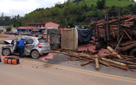 As duas carretas e o veículo menor ficaram totalmente destruídos