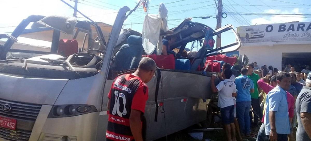 seis mortos e e 23 feridoas em acidente com micro ônibus e carreta radargeral.com