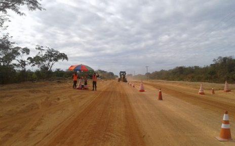 Cantá (RR) – No dia 18 de janeiro de 2018, a Superintendência Regional do Departamento Nacional de Infraestrutura e Transporte (DNIT) realizou a cerimônia de assinatura da Ordem de Início da Execução dos Serviços de Implantação e Pavimentação da Rodovia BR-432/RR, objeto de um Termo de Execução Descentralizada (TED) entre o Exército Brasileiro e o DNIT, no qual o 6º Batalhão de Engenharia de Construção é o executante. As atividades constantes desse TED compreendem um trecho de 12,7 km de serviços de terraplenagem; obras como drenagem, pontes e bueiros; pavimentação; sinalização; além de serviços complementares e de proteção ambiental que possam ser necessários. O 6º Batalhão de Engenharia de Construção (6º BEC) irá atuar no subtrecho localizado entre Vila Central e a sede do município de Cantá, e a execução terá um prazo estimado de 840 dias (pouco mais de dois anos). Mantendo a premissa de apoio à integração e ao desenvolvimento nacionais, o Exército Brasileiro realiza ações subsidiárias, conforme previsto em Lei Complementar. O maior beneficiado dessa parceria é o povo que habita desde as grandes cidades até os mais longínquos rincões do País. Por isso, os trabalhos na BR-432 beneficiarão a população e a economia regional, ao facilitar o acesso por uma via alternativa e segura à rede viária que liga Roraima ao estado do Amazonas.