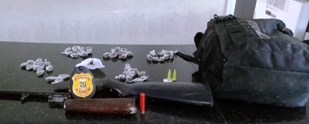 Na manhã de hoje (14), por volta de 10 horas, a Guarda Civil Municipal recebeu denúncia de que um casal estaria tentando uma vaga na Casa da Acolhida, no bairro Olaria, em Linhares. A Guarnição ao chegar no local, fez a revista nos suspeitos e com eles foram encontrados 53 buchas de maconha e um espingarda calibre .36 e munição do mesmo calibre. A Guarda foi chamada porque suspeitou de que havia algo errado com o casal. A Guarda não informou seus nomes de nem de onde eram. Eles foram conduzidos a PC mo bairro Três Barras, periferia de Linhares.