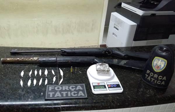 Duas espingardas, uma calibre 38 e uma outra calibre 22 - de pressão adaptada -, além de munição, 14 papelotes de cocaína, uma balança de precisão e 12 gramas de maconha foram apreendidos no Distrito de Bebedouro, há 8 KM de Linhares.