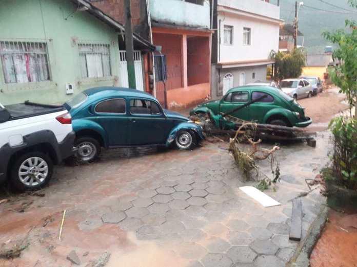 Uma forte chuva deixou os moradores de Muniz Freire assustados na tarde deste sábado (16).
