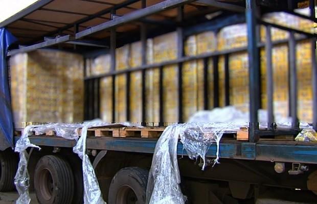 """Um total de 30.840 litros de cerveja foram apreendidas durante abordagens de auditores fiscais da Receita Estadual de Linhares. A apreensão resultou em mais de R$ 120 mil em autos de infração. As ações aconteceram com interceptação de veículos que faziam o transporte irregular das mercadorias. Dois veículos foram abordados. O primeiro tinha 13.800 litros de cerveja transportados sem documentação fiscal, o que resultou em uma multa de R$ 52.522,80. No segundo veículo abordado foi identificado o transporte sem documento fiscal de 17.040 litros de cerveja. Neste caso, a autuação foi no valor de R$ 68.321,80. A fiscalização mira a circulação irregular de cerveja no norte do Espírito Santo e é realizada pela Secretaria de Estado da Fazenda (Sefaz). O gerente fiscal da Sefaz, Bruno Aguilar, explicou que a região recebe muitas denúncias de irregularidades praticadas no comércio de cerveja, em especial material que vem do mercado da Bahia e de Sergipe. """"Na maioria das vezes, o produto entra no Espírito Santo sem documento fiscal ou com documento fiscal inidôneo, portanto, sem o recolhimento do ICMS. Sonegando tributos, e prejudicando os contribuintes que atuam de forma regular"""", destacou. O secretario complementa dizendo que estão """"sempre atuando para que os impostos devidos ao Estado não sejam sonegados. Os comerciantes legalmente estabelecidos não podem ser prejudicados, e nem os cofres públicos"""". As ações têm contado com o apoio da Polícia Rodoviária Federal e, no caso específico de uma das interceptações, com o apoio da Polícia Civil do Espírito Santo. Além das ações de fiscalização, os auditores também dão orientações aos contribuintes abordados."""