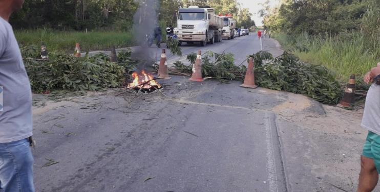 moradores de aracruz bloqieiam cinco vias no municípios protesto passagem de ônibusmoradores de aracruz bloqieiam cinco vias no municípios protesto passagem de ônibus