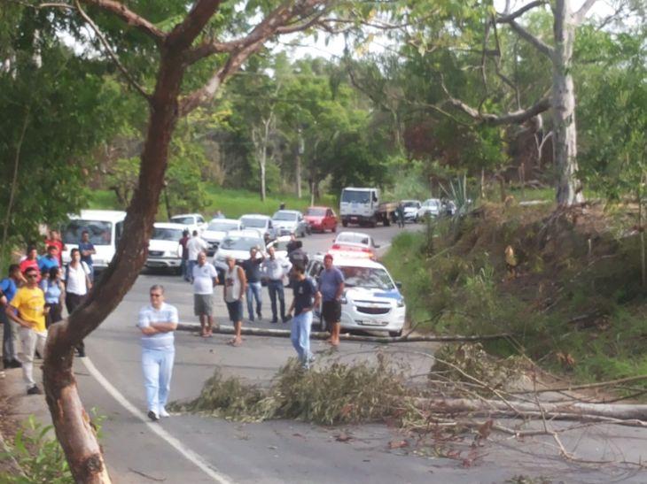moradores-de-aracruz-fazem-novo-protesto-e-fecham-rodovia-105e3e60fd7f84121f94e708002eb51e