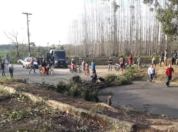 Os manifestantes estão impedindo a passagem de veículos pesados pelo bloqueio. De acordo com a Polícia Militar, equipes estão sendo encaminhadas ao local do protesto. Na segunda-feira passada (29), manifestantes também realizaram o bloqueio da rodovia, na altura de Barra do Sahy, além de pontos na Rodovia ES-257, na região de Pau Brasil, ambas em Aracruz. No fim da madrugada da última sexta-feira (03) também ocorreram interdições no trecho. Protestam contra o aumento da tarifa de transportes inter municipal e municipal.